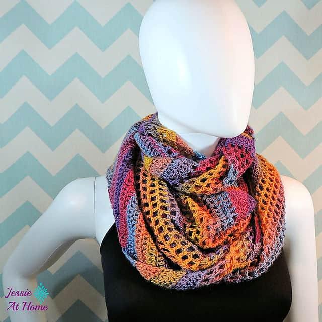 Free Crochet Pattern: Comfy Mochi Cowl